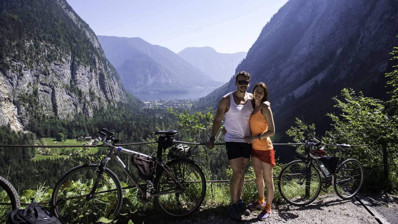 Joel och Anna med Hallstatt i bakgrunden © Austria Travel - Thungren