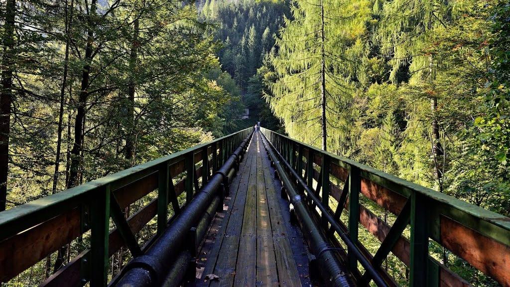 Gångbron vid Gosauzwang på saltvägen mot Hallstatt Semester i Österrike