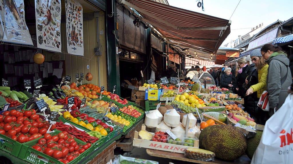 På Wiener Naschmarkt - en kulinarisk resa Semester i Österrike