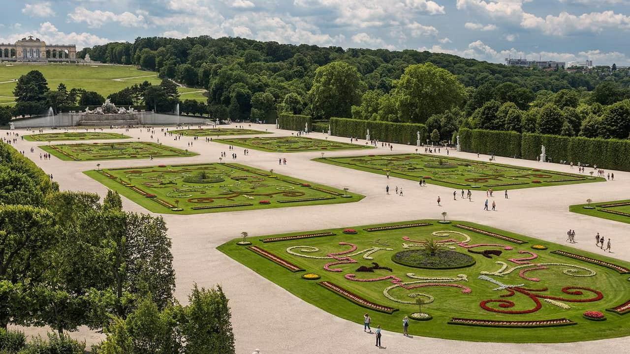 Blick på Park Schönbrunn och Gloriette i Wien