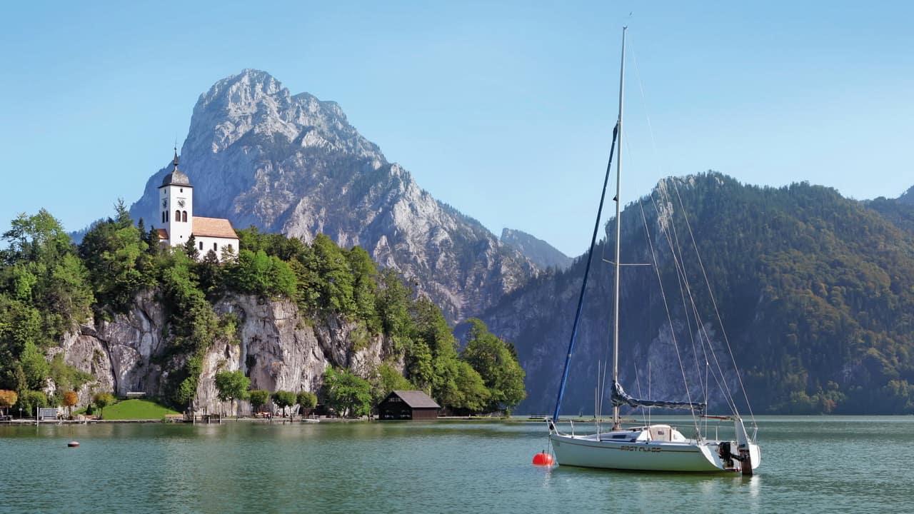 Traunkirchen vid Traunsee med berget Traunstein i bakgrunden - semester i Österrike med Austria Travel