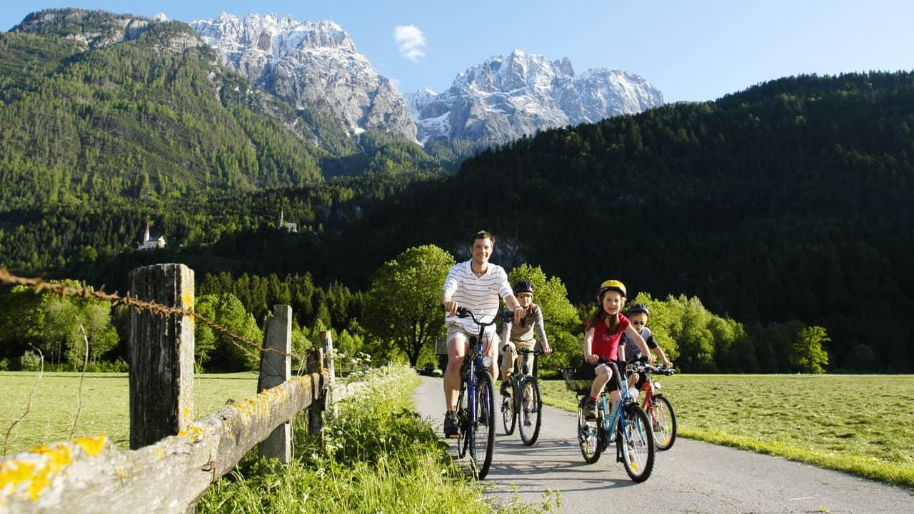 Cykla med familj längs floden Drau - cykelsemester semester i Österrike