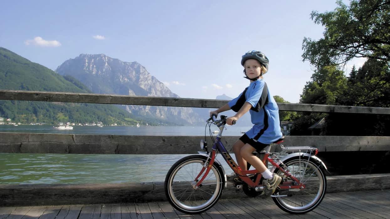Traunsee med berget Traunstein: Cykling i Salzkammergut vid Hallstattsjön med Austria Travel