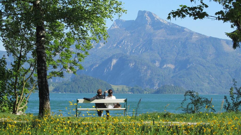 Mondsee med blick på berget Drachenwand semester cykelsemester i Österrike