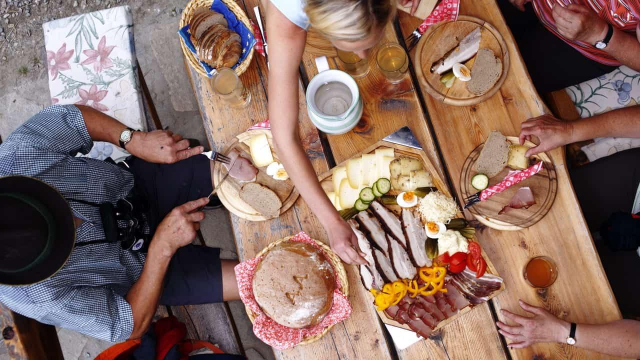 Jausenpause med lunch på fäbod vandring semester i Österrike