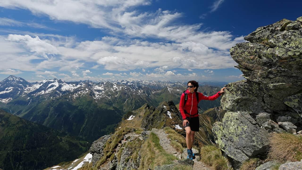 Vandring vid Planai på Schladminger Tauern Höhenweg semester i Österrike