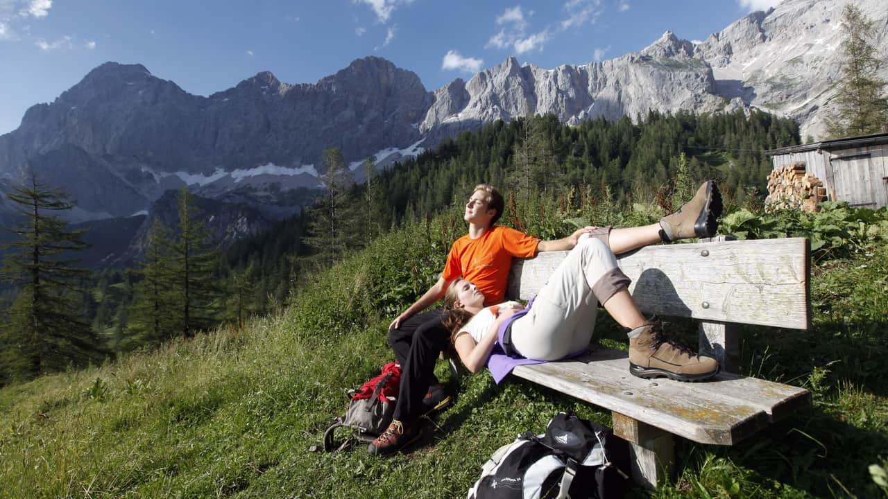 Vandringspaus med storslagen vy vandring semester i Österrike