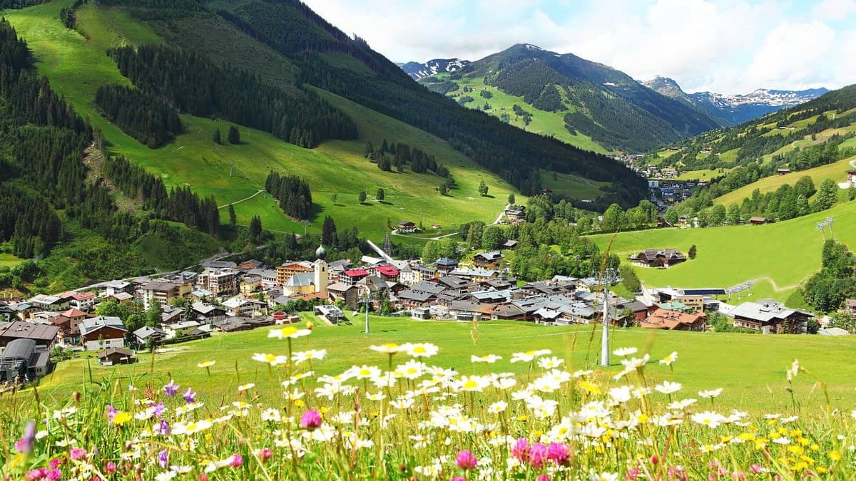 Blick på Saalbach Hinterglemm Semester i Österrike