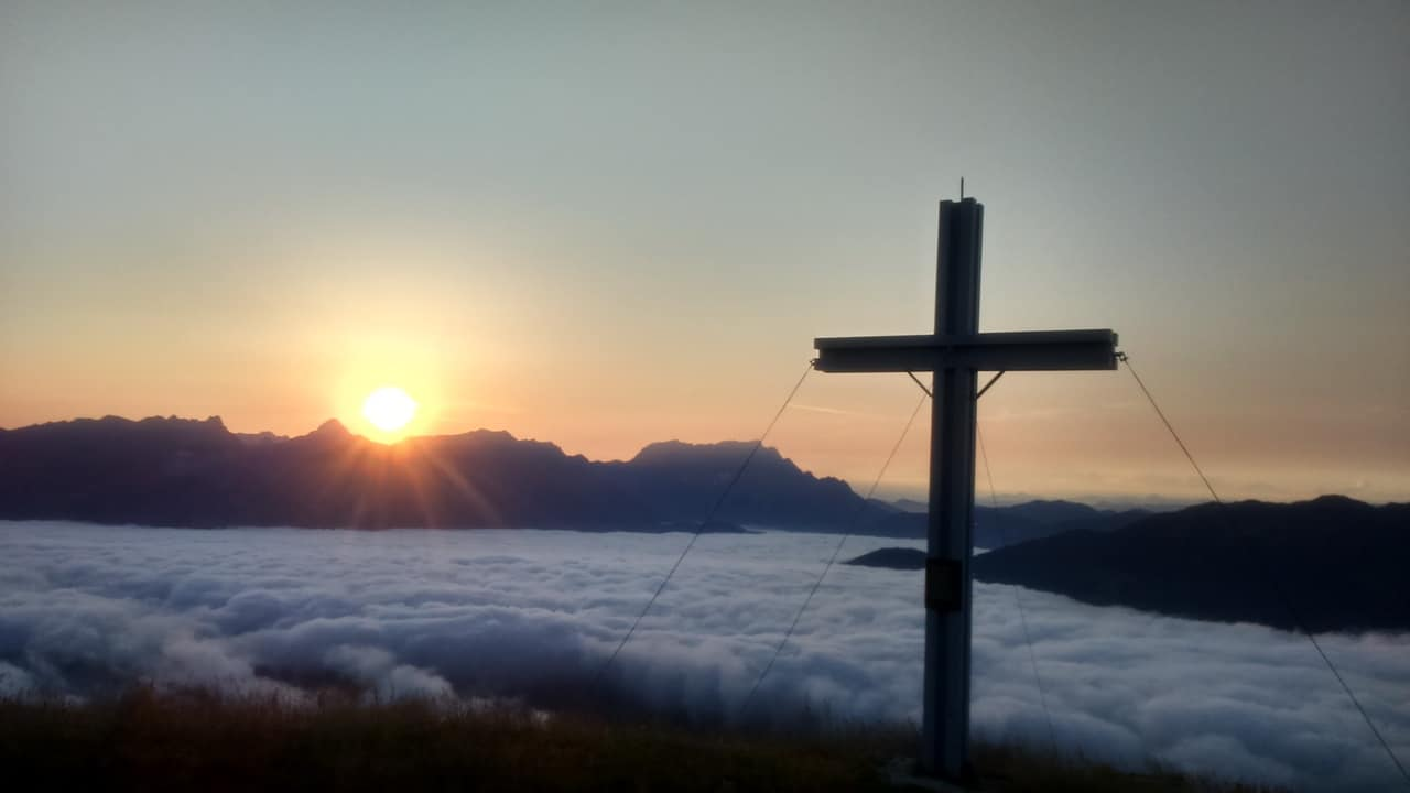 Soluppgång vid toppen Sausteige Semester i Österrike