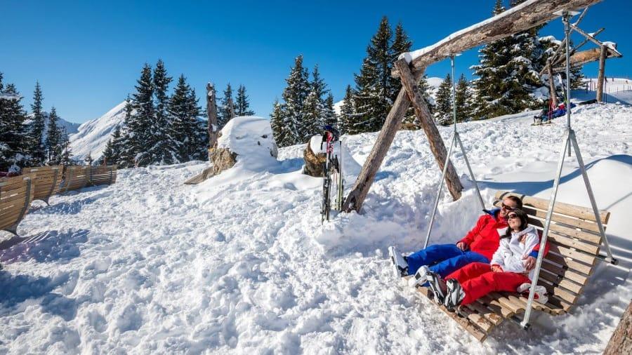 par som vilar i snön schladming