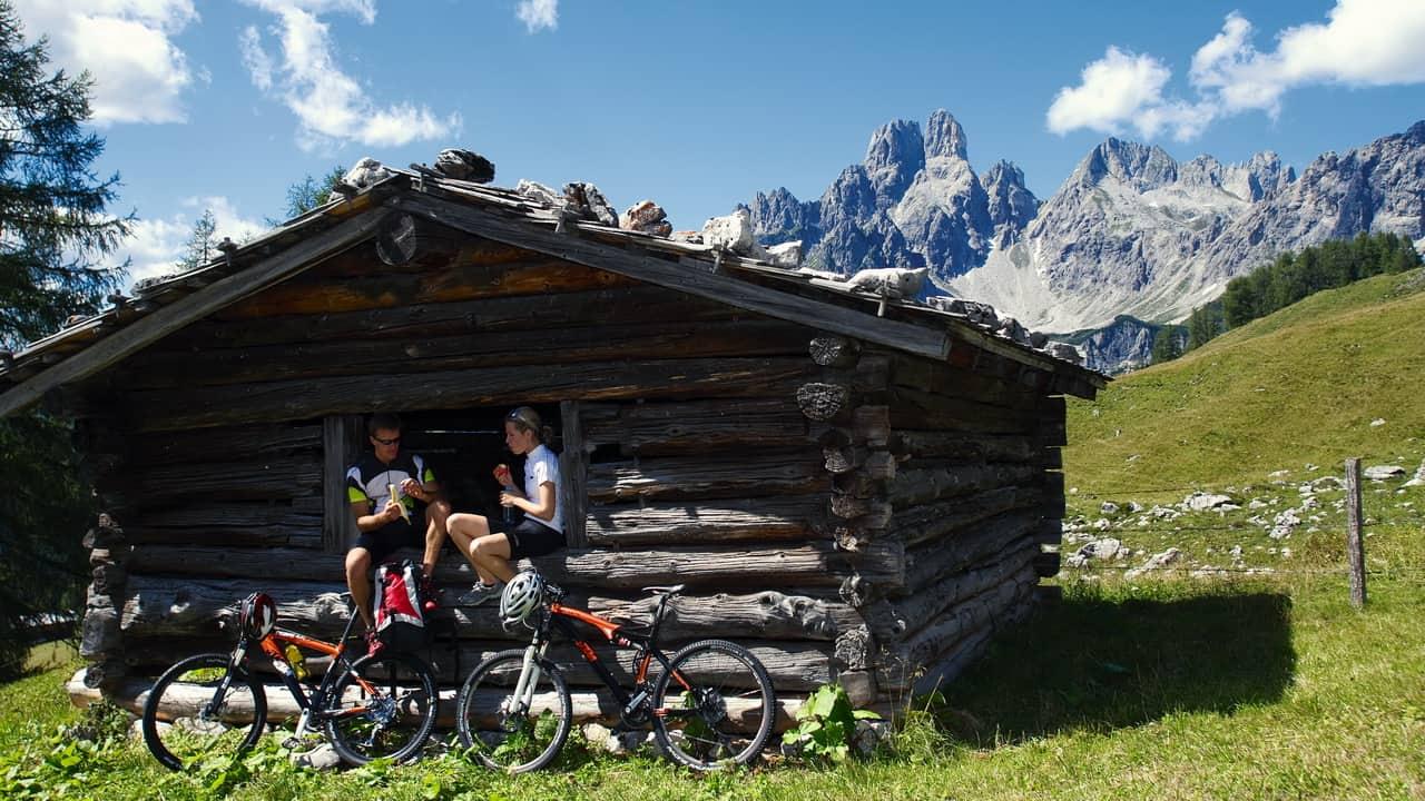 MTB - paus vid mysig alpstuga Österreich Österrike cykelsemester i Österrike