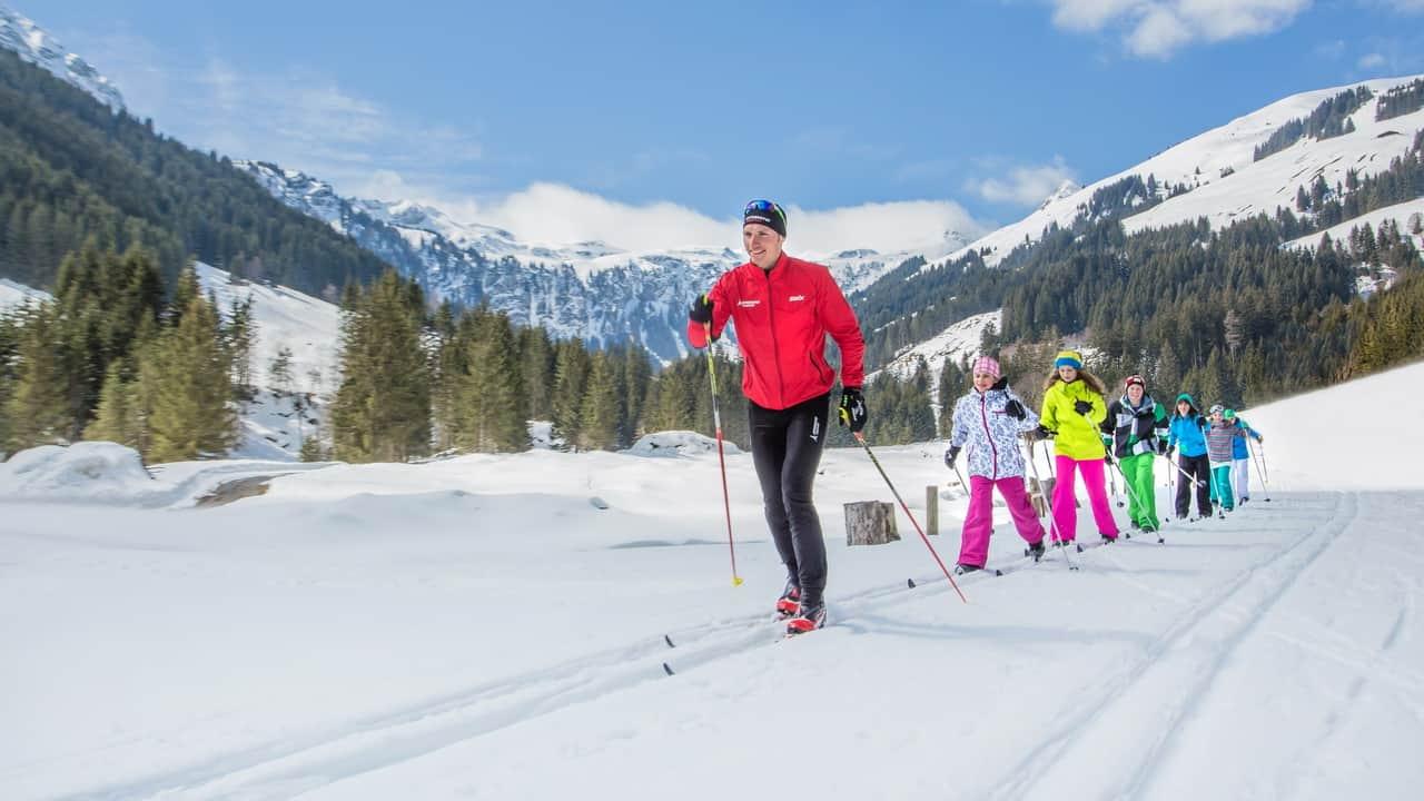På spåret längdskidor längdåkning vintersemester i Österrike