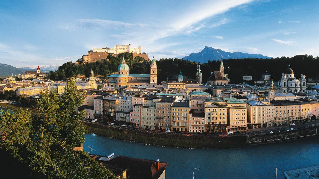 Salzburg med fästning Hohensalzburg Österrike - semester cykelsemester i Österrike
