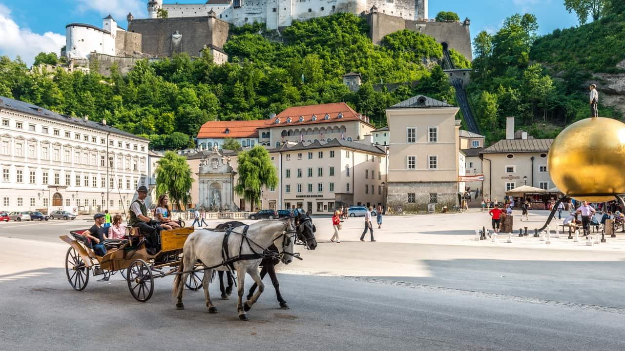 Kapitelplatz i Salzburg - semester cykelsemester i Österrike