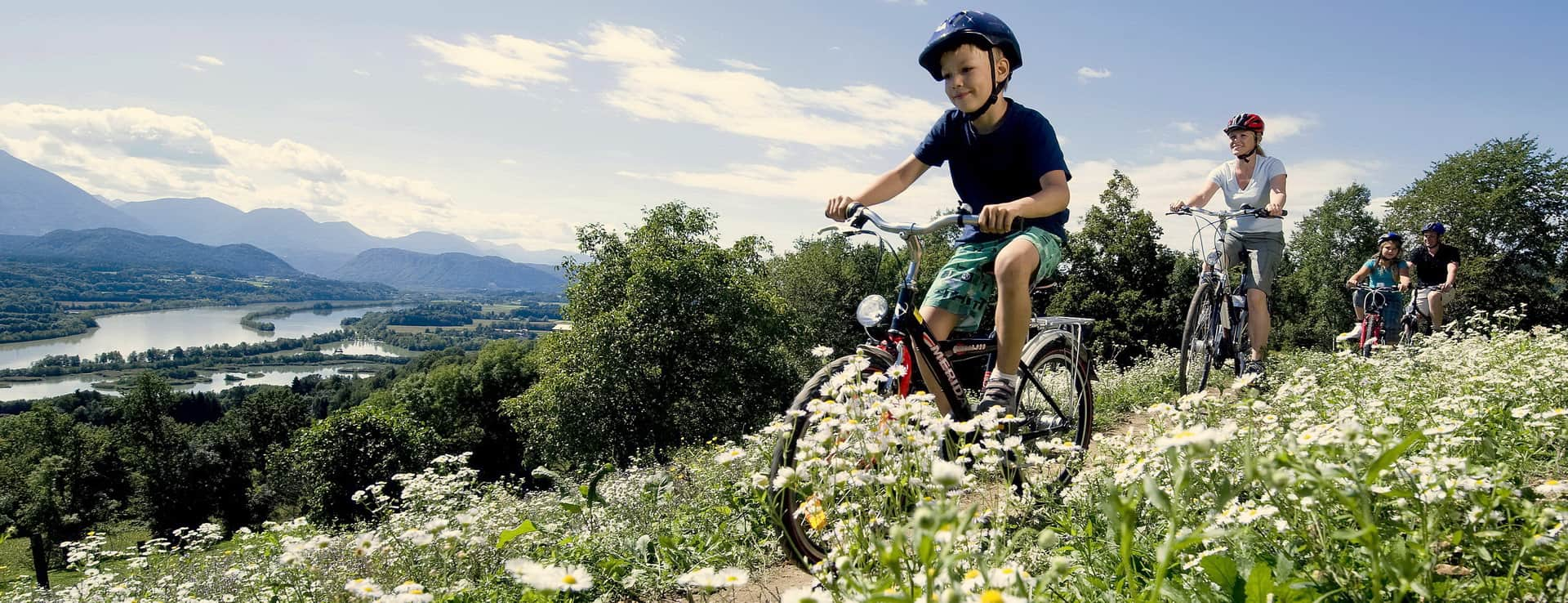 Cykling vid floden Drau i Kärnten Semester i Österrike