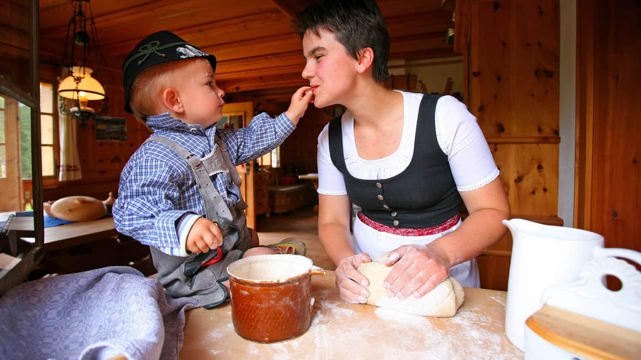 Bagarpojken hjälper till i fäboden Steinitzenalm