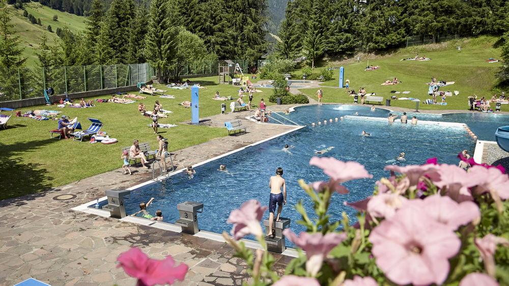 Waldbad i Ischgl Paznaun Tirol Semester i Österrike