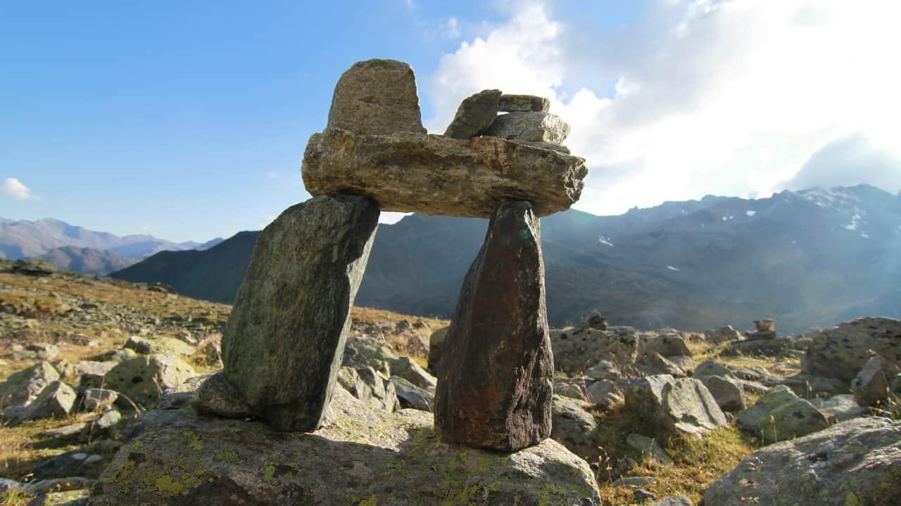 Vandra i Ischgl stenformation Paznaun Tirol Semester i Österrike
