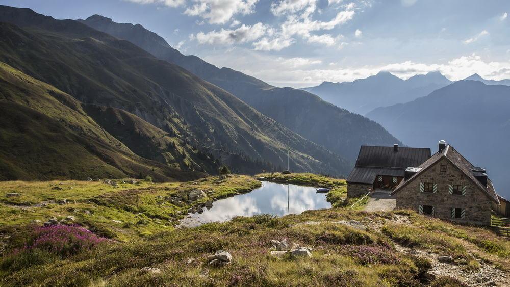 Bergsjöar och härlig utsikt Ischgl Paznaun Tirol Semester i Österrike