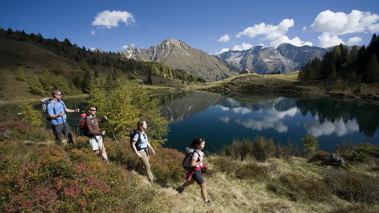 Vandrare vid Wirpitschsee Lungau Österrike-Austria Travel