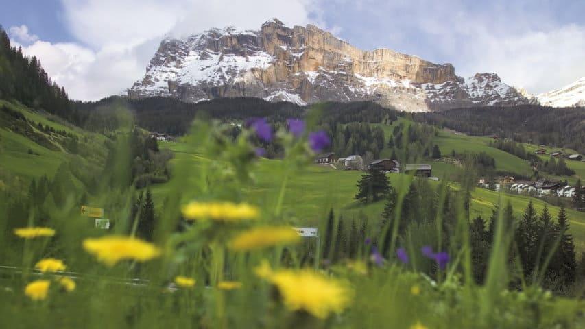 Vy från Dolomiten Höhenweg i Italien